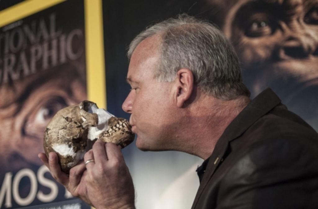 Professor Lee Berger küsst  am 10. September den Schädel eines in Südafrika neu entdeckten Vorfahren von Homo sapiens. Um den Homo naledi gibt es aber viel Streit. Foto: AFP