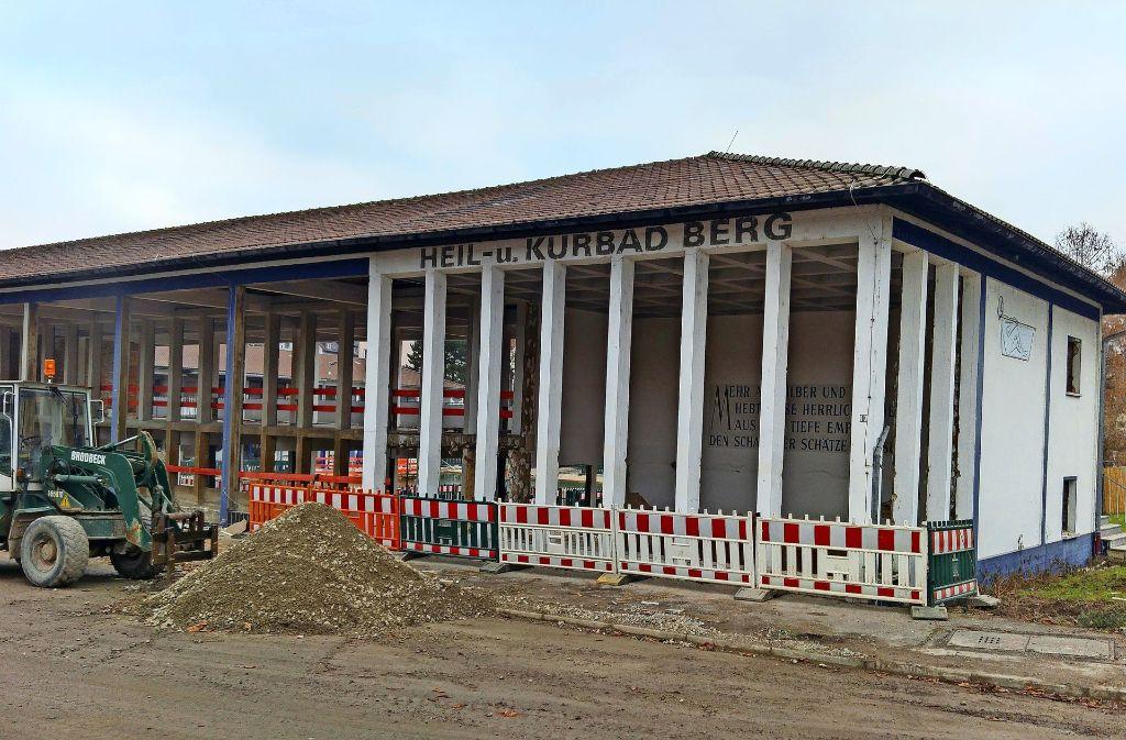Das alte Gebäude des Mineralbads Berg wird in den Rohbauzustand zurück versetzt. Foto: Jürgen Brand