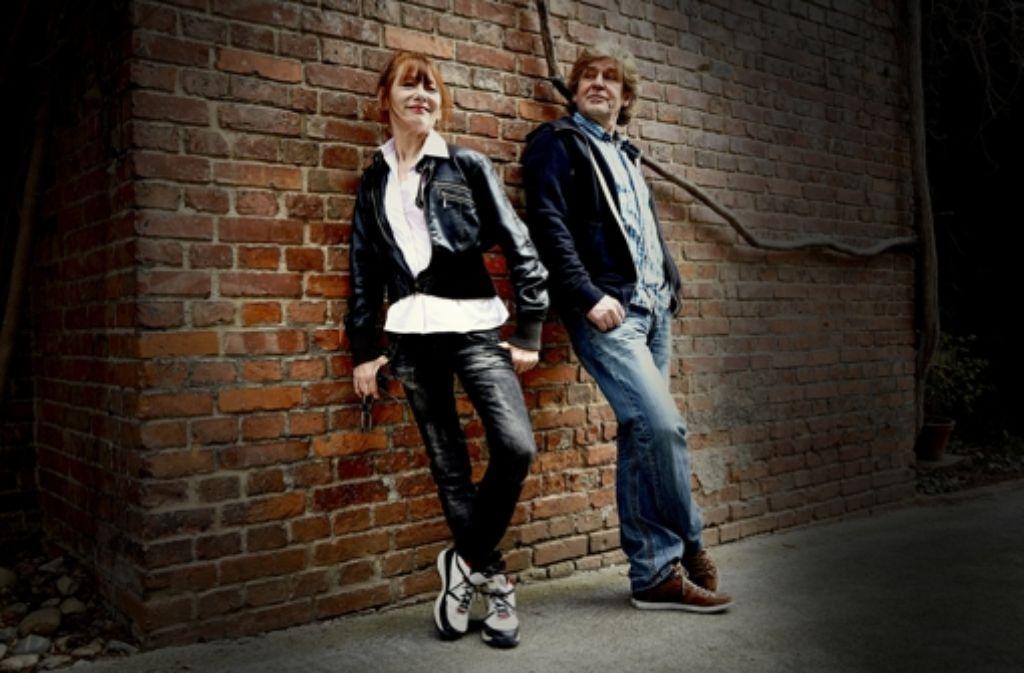Noch immer kreativ und kritisch: das  Ehepaar am ehemaligen Standort seiner Filmschule StuttgART in der Alexanderstraße Foto: Susanne Wegner
