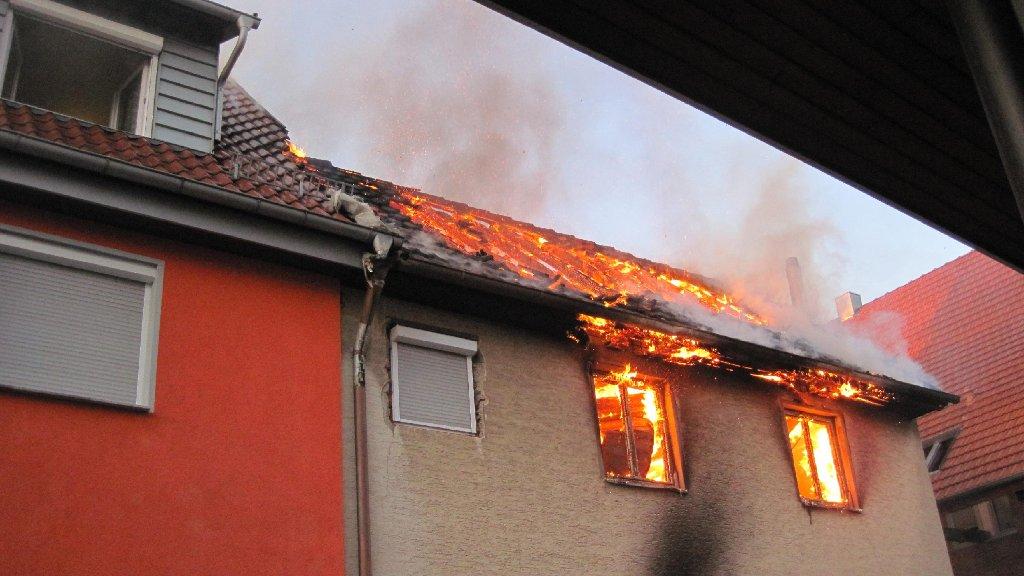 Der Anbau eines Wohnhauses brennt völlig aus. Foto: privat
