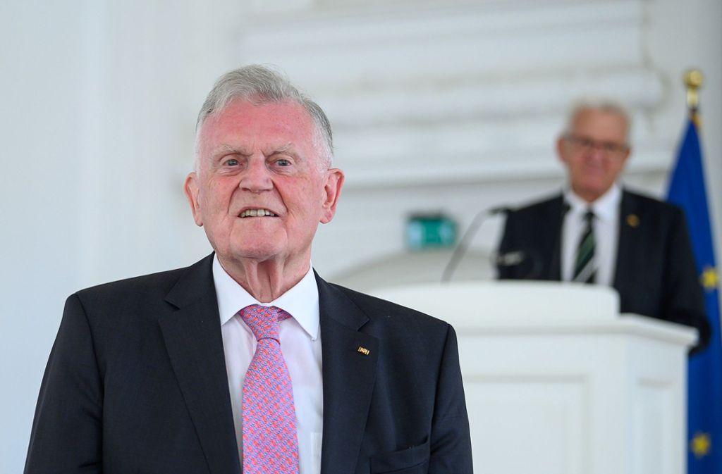Erwin Teufel (l, CDU), ehemaliger Ministerpräsident von Baden-Württemberg, steht während eines Empfangs zu seinem 80. Geburtstag vor Winfried Kretschmann. Foto: dpa