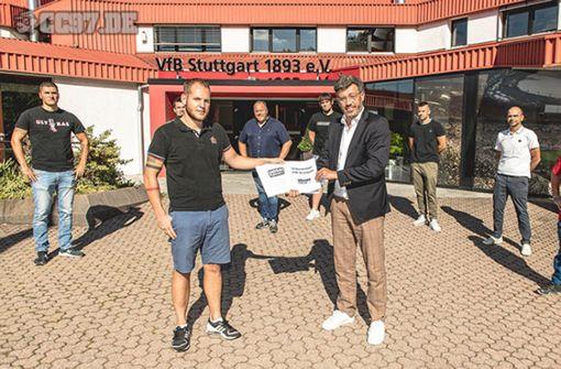 VfB-Fans übergeben Unterschriftenliste an Claus Vogt