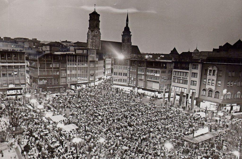 Die ersten Langen Nächte auf dem Marktplatz in Stuttgart: Anfang der 70er Jahre strömten die Menschen erstmals zum Feiern in die Innenstadt. Foto: Kraufmann