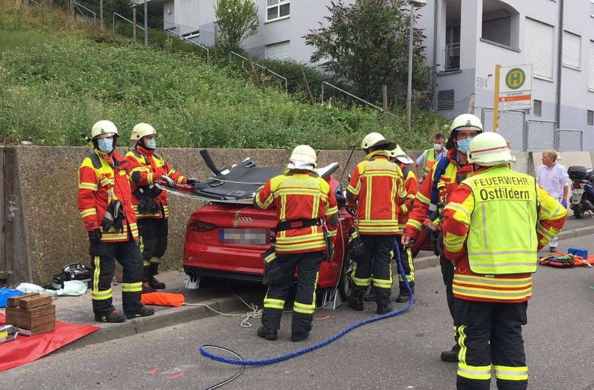 Der Mann wurde bei dem Unfall in seinem Fahrzeug eingeklemmt und musste von der Feuerwehr befreit werden. Foto: SDMG/Kohls