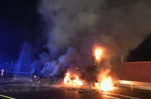Gefahrgut-Lkw brennt lichterloh