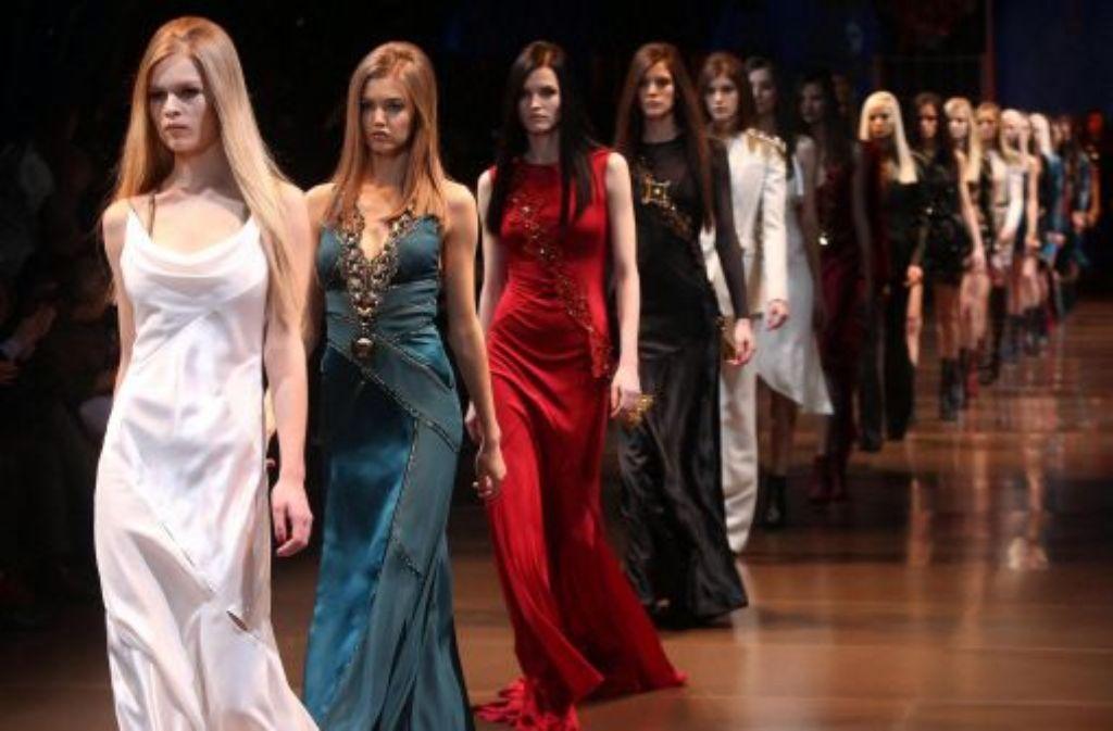 Bei Donatella Versace fließen die Stoffe. Foto: dpa