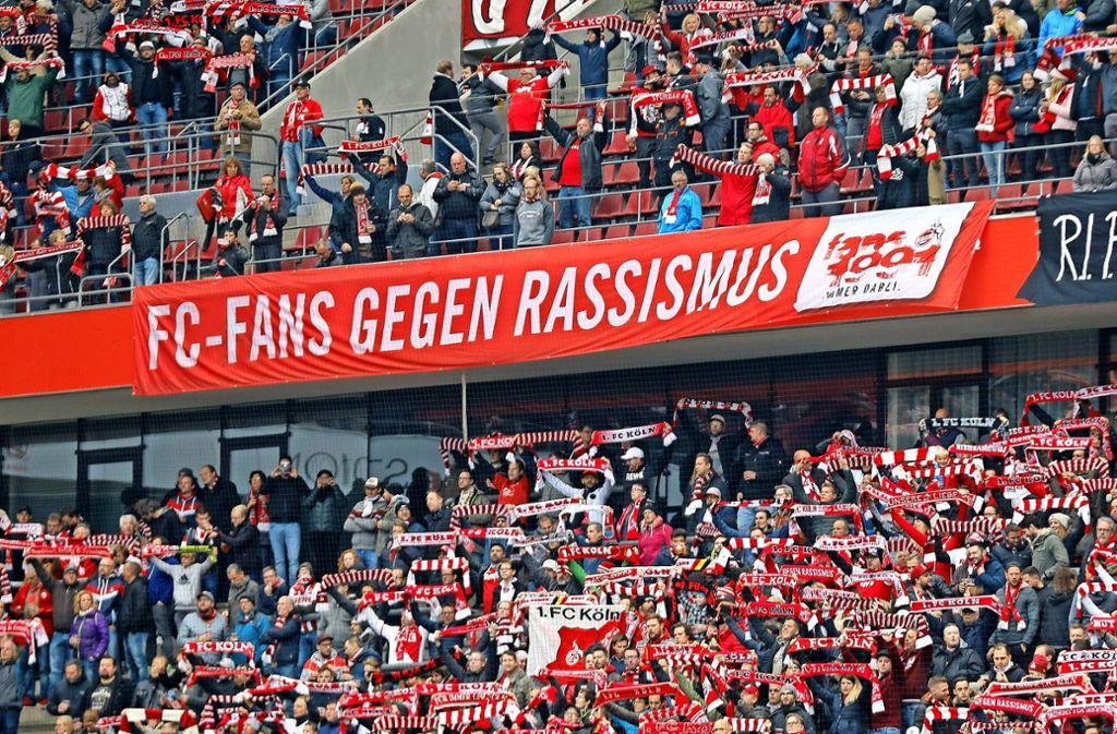 Ein klares Statement aus den Bundesliga-Stadien: Was derweil auf Bezirksebene gegen schwer Belehbare hilft? Foto: Mika