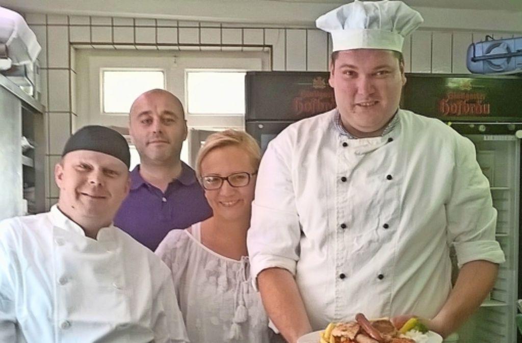 Das Team im  Brückle: der Chef Dupor, seine Frau und die beiden Köche Foto: Saskia Dreßler
