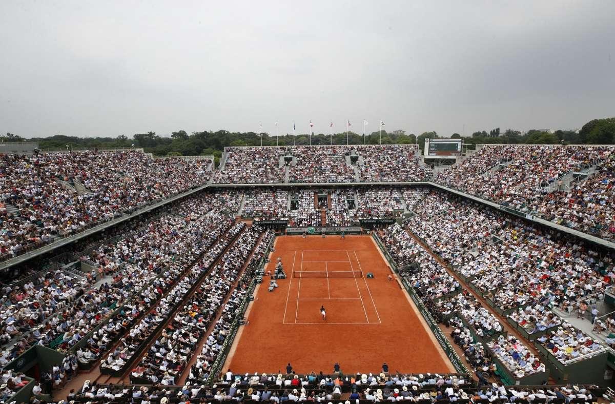 Nicht ganz so prall gefüllt werden die Tennis-Arenen bei den French Open sein. Aber Zuschauer sollen zugelassen werden. Foto: AP/Christophe Ena