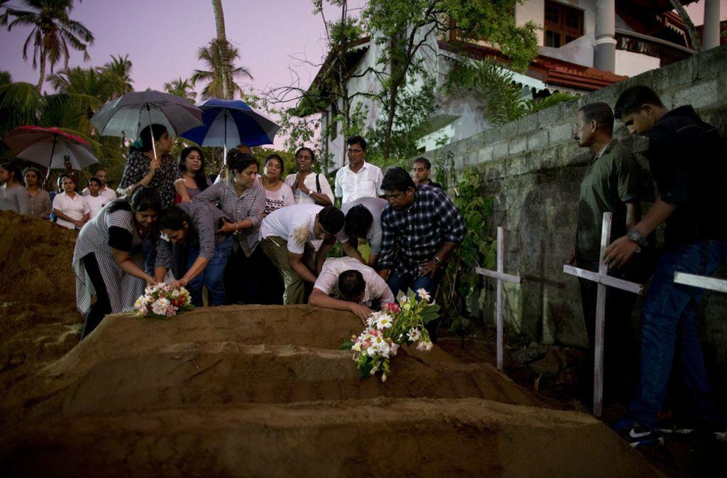 Bestattung von  Terroropfern in  Sri Lanka. Foto: AP