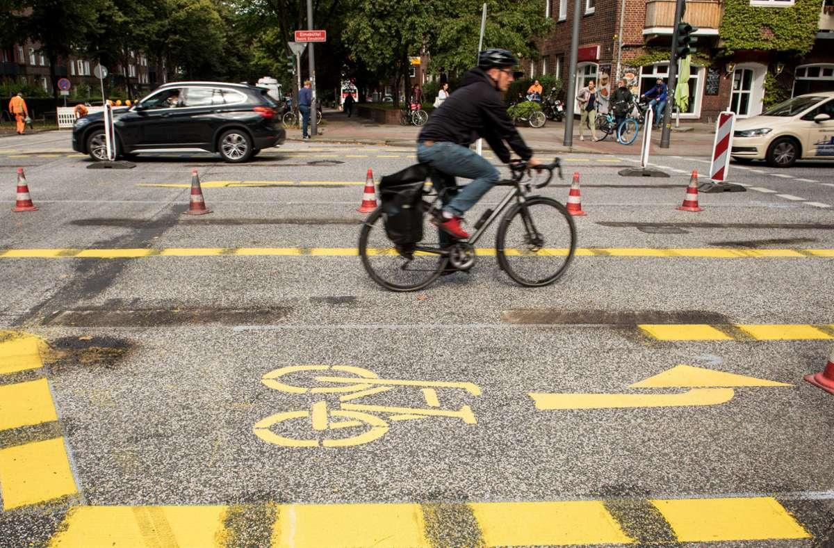 Ein Gericht hat angeordnet, dass die Beschilderung für Pop-Up-Radwege in Berlin entfernt werden muss. Foto: dpa/Daniel Bockwoldt