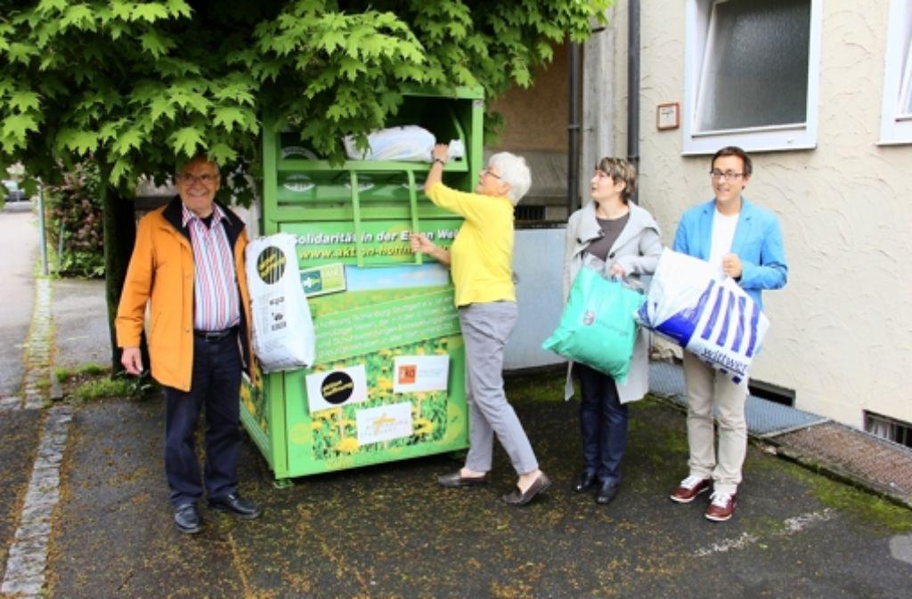 Bernhard Gomm, Helga Klempt, Elena Berrer und Anton Vaas (v.l.) machen Gebrauch vom neuen Sammelcontainer an der Bietigheimer Straße. Foto: Chris Lederer