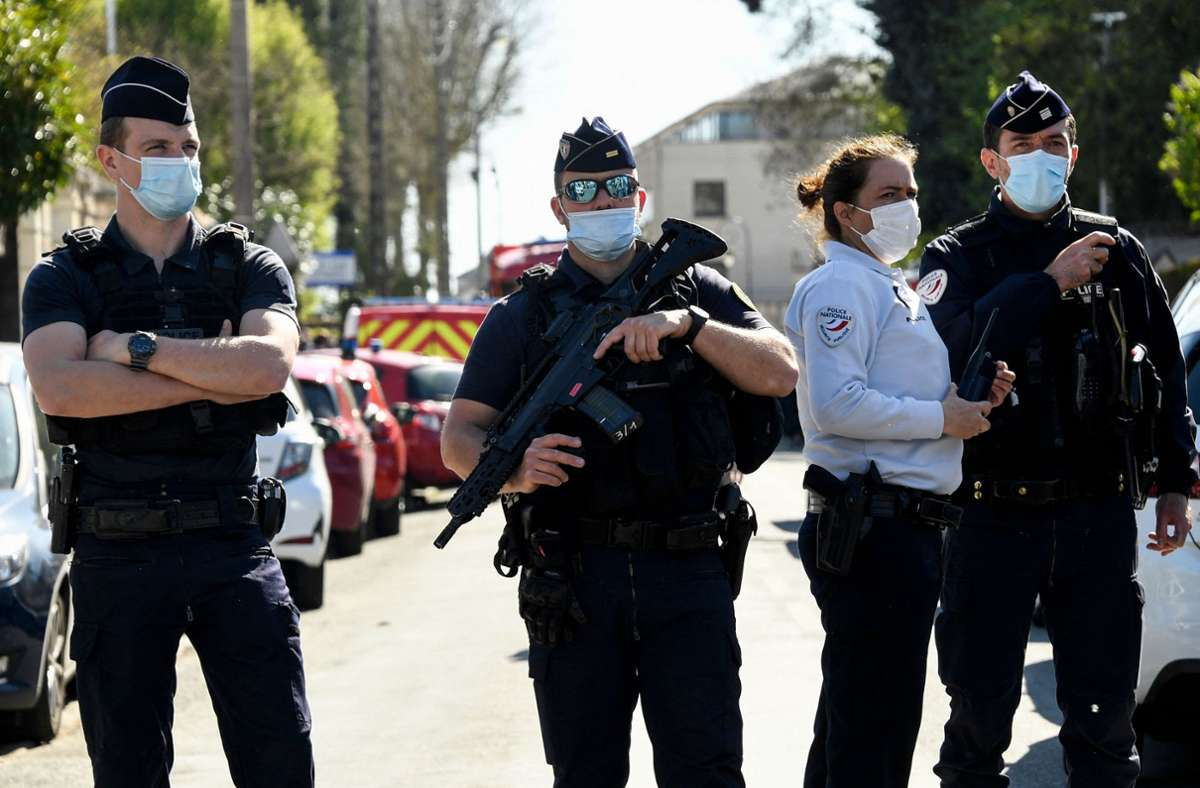 Polizisten sichern den Ort des Terroranschlages in Rambouillet ab. Eine Mitarbeiterin der Polizei wurde dort von einem Islamisten getötet. Foto: AFP/BERTRAND GUAY