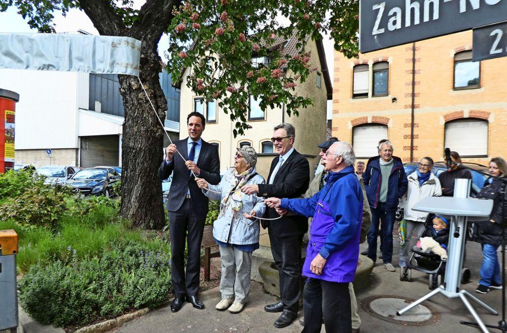 Bürgermeister Fabian Mayer (l.) hat mit Bezirksvorsteher Gerhard Hanus (3.v.l.) und Vertretern des Heimatgeschichtlichen Arbeitskreises Foto: Winfried Schweikart