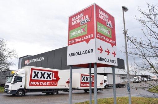 """Ein Lkw verlässt in Mannheim  das Zentrallager des Möbelhauses """"Mann Mobilia"""". Mitarbeiter  protestierten am Samstag in der Innenstadt gegen ihre plötzliche Freistellung. Foto: dpa"""