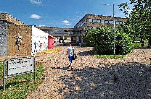Die Gerlinger  Realschule ist in die Jahre gekommen.Auf dem Modell ist das quadratische neue Mensa-Gebäude (Mitte)  zu sehen. In der Realität ist zu erkennen, dass die Realschule in die Jahre gekommen ist. Foto: factum/Weise