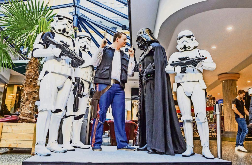 Han Solo und Darth Vader kommen zum Filmstart – umringt von Kämpfern   der Stormtroopers. Foto: Lichtgut/Julian Rettig