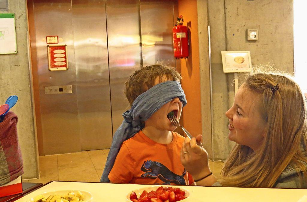 Rocco errät beim Geschmackstest mit verbundenen Augen alles richtig . Foto: Sybille Neth
