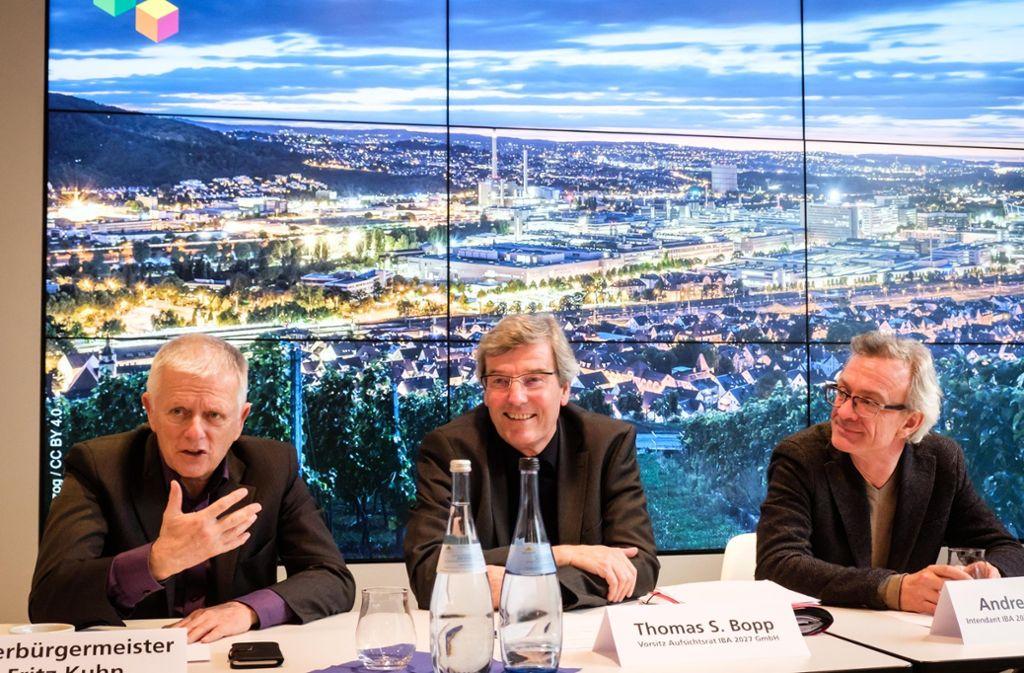 OB Fritz Kuhn (links) und Regionalpräsident Thomas Bopp (Mitte) freuen sich über die einstimmige Wahl von Andreas Hofer zum  Intendanten der Internationalen Bauausstellung 2027. Foto: Lichtgut/Achim Zweygarth