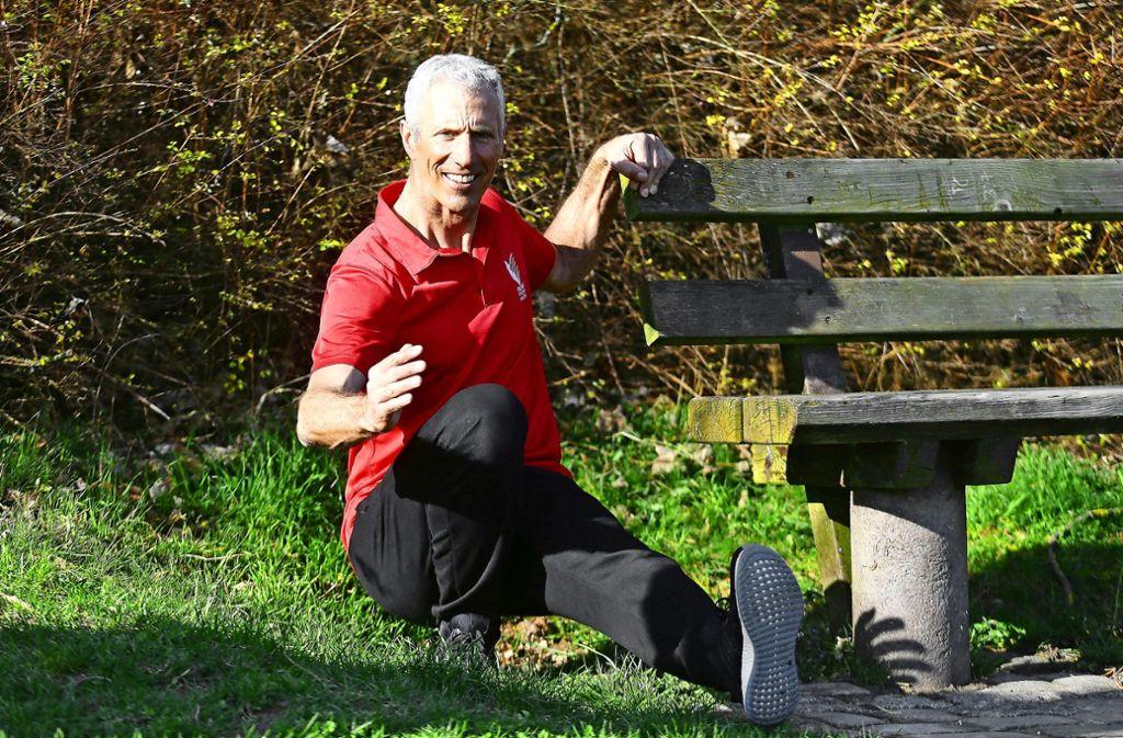 Bei der einbeinigen Kniebeuge hilft Dieter Bubeck schon auch mal eine Bank. Foto: Baumann