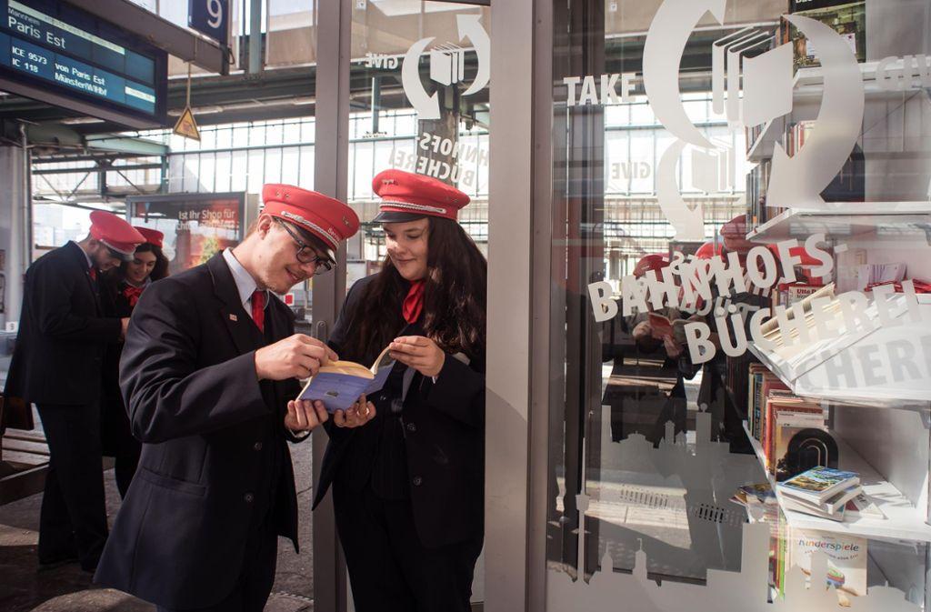 Die Azubis der Bahn, Samuel Gareis und Saskia Husch (vorne), präsentierten im vergangenen Jahr ihren Bücherschrank. Foto: Lichtgut/Max Kovalenko