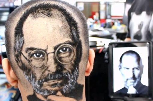 Barbier rasiert Kunden Steve Jobs oder Tupac in die Frisur