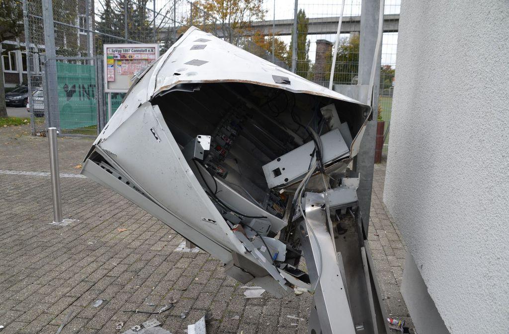 Unbekannte haben in Bad Cannstatt einen Zigarettenautomaten gesprent. Foto: Andreas Rosar Fotoagentur-Stuttgart