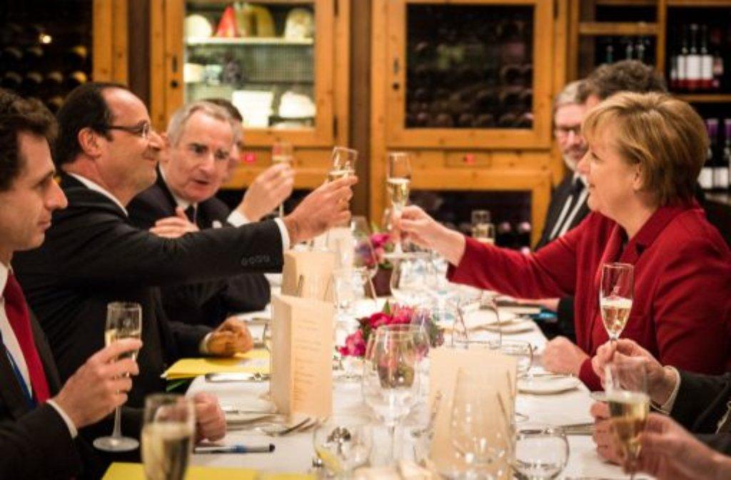 Santé und Prost: Bundeskanzlerin Angela Merkel und der französische Staatspräsident Francois Hollande stoßen auf die deutsch-französische Freundschaft an. Foto: Bundespresseamt