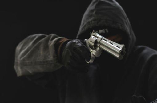 Maskierte überfallen Tankstelle – Zeugen gesucht