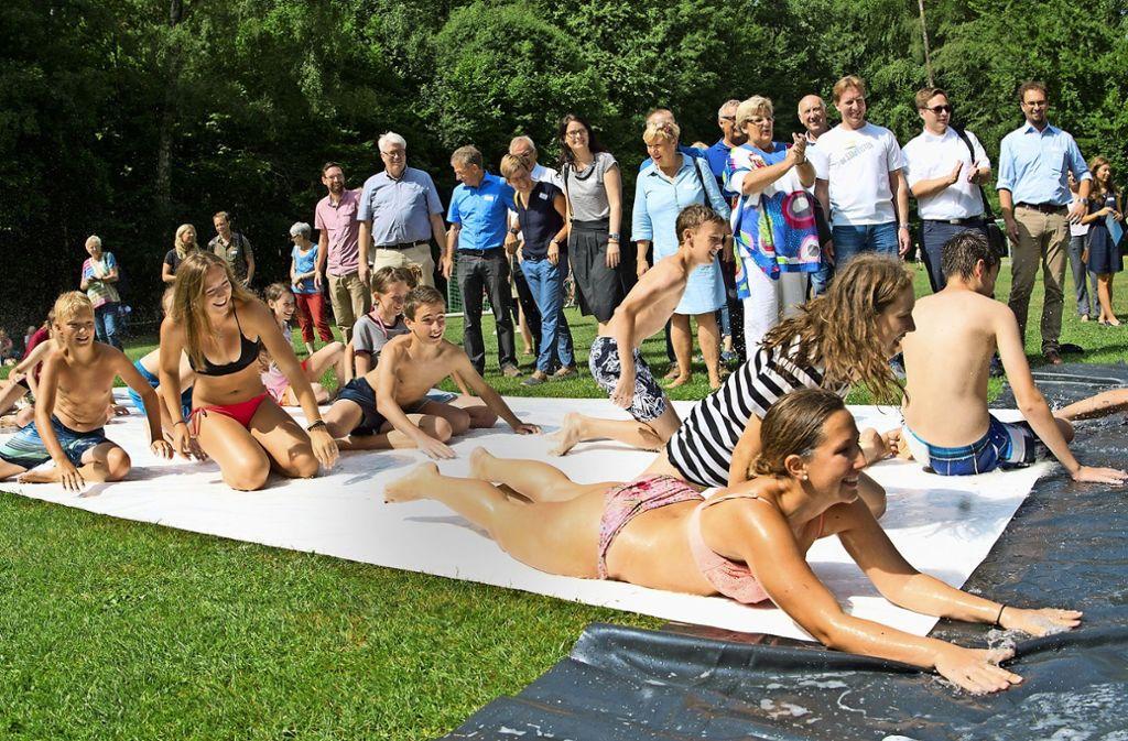 Für die Besucher sofort ersichtlich: Die Wasserrutsche macht allen Spaß. Foto: Lg/Oliver Willikonsky
