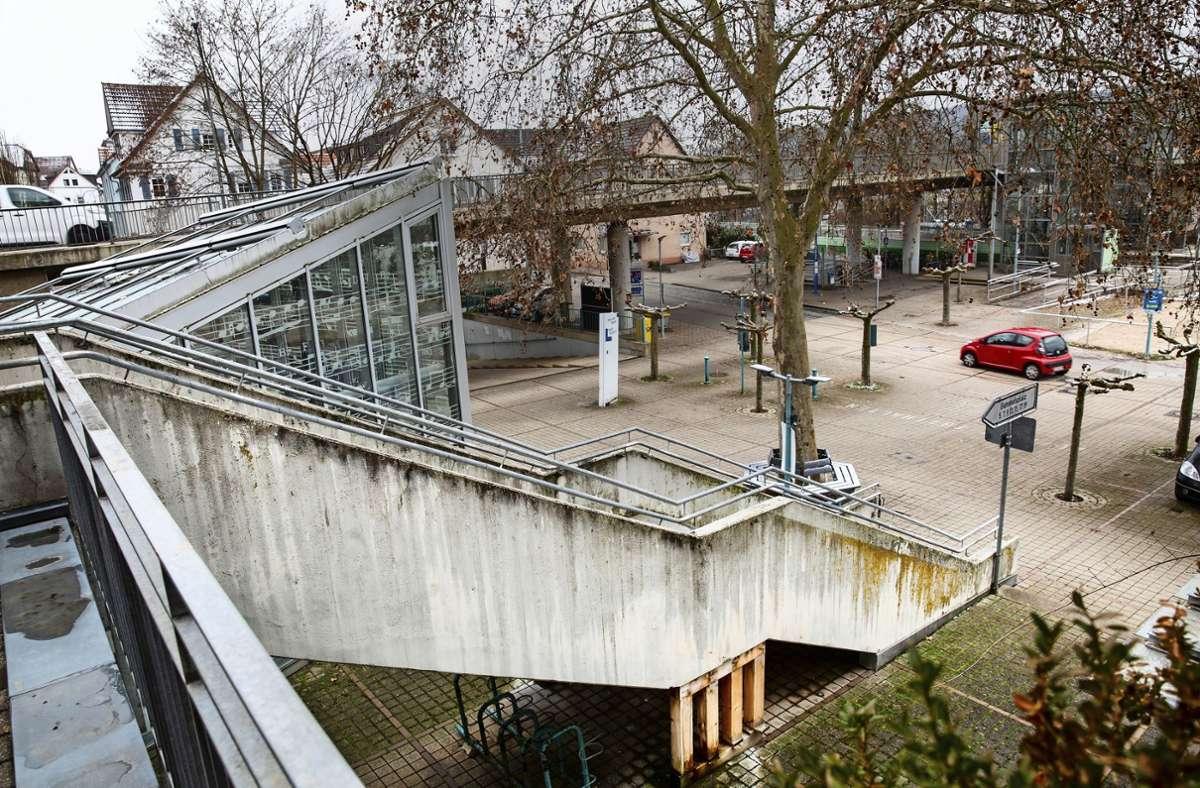 Abgestützt werden muss die Bahnhofstreppe schon jetzt. Doch die  Sanierung ist (zu) teuer. Foto: Ines Rudel