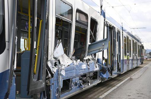 Straßenbahn bei Unfall aufgeschlitzt –  14 Verletzte
