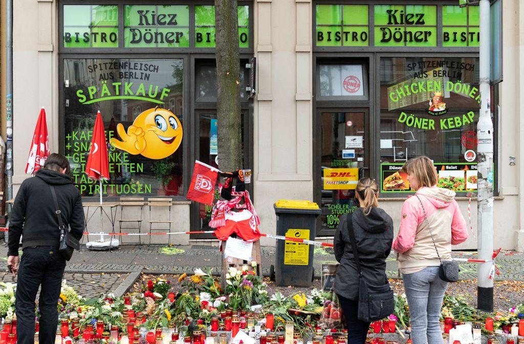Vor dem Kiez-Döner in Halle stehen Blumen und Kerzen. Der Tatort des Anschlags ist im Internet mit ekelhaften Kommentaren rezensiert worden. Foto: dpa/Soeren Stache