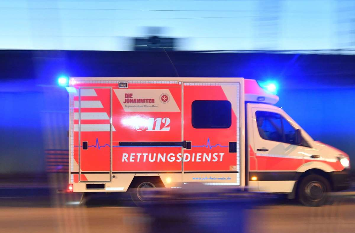 Der leicht verletzte Radfahrer wurde vorsorglich ins Krankenhaus gebracht, konnte die Klinik aber später wieder verlassen (Symbolfoto). Foto: picture alliance/dpa/Boris Roessler
