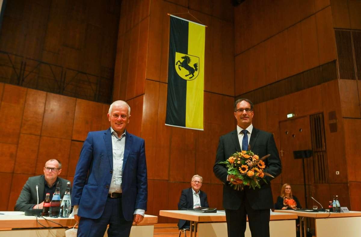 Clemens Maier (rechts) ist neuer Ordnungsbürgermeister in Stuttgart. Nach der Wahl erhält er einen Blumenstrauß von OB Fritz Kuhn. Foto: Lichtgut/Leif Piechowski