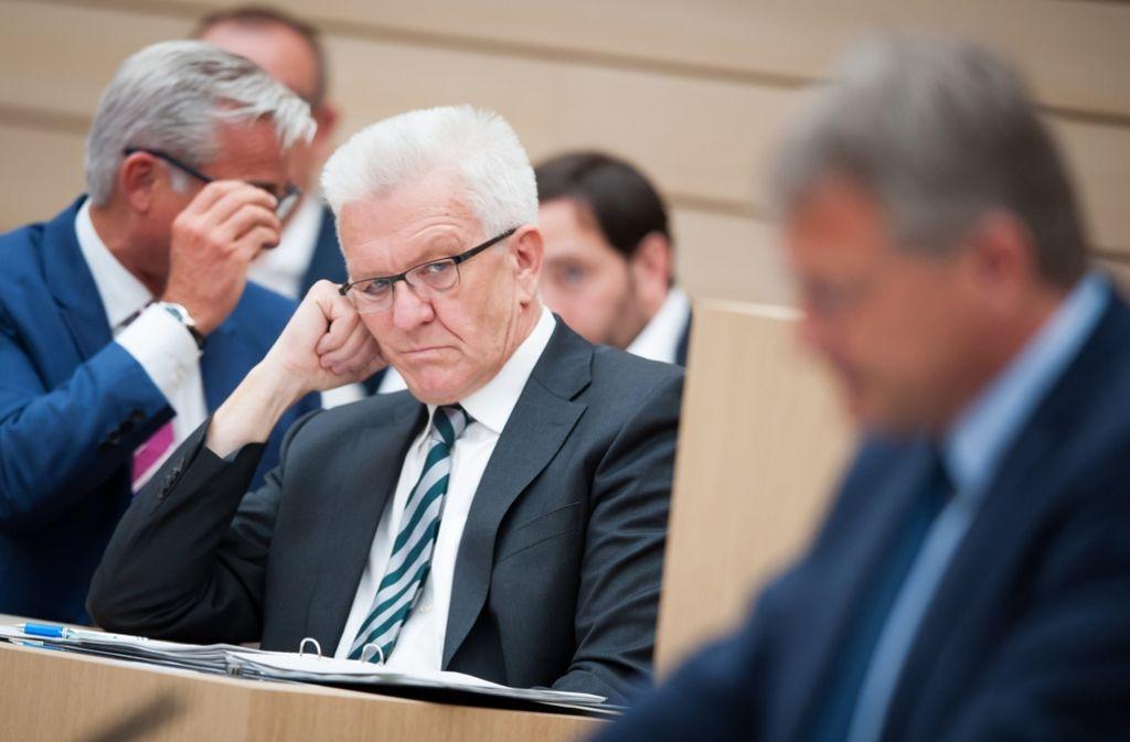 Winfried Kretschmann (links) verfolgt die Rede von Jörg Meuthen im Landtag. Foto: dpa