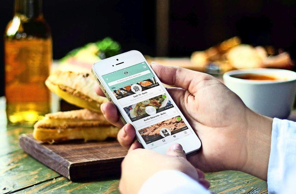 Nutzer erlauben  der Smartphone-Anwendung die Ortung des eigenen Geräts,   dann werden die teilnehmenden Lokale  in der Nähe angezeigt. Foto: Too Good To Go