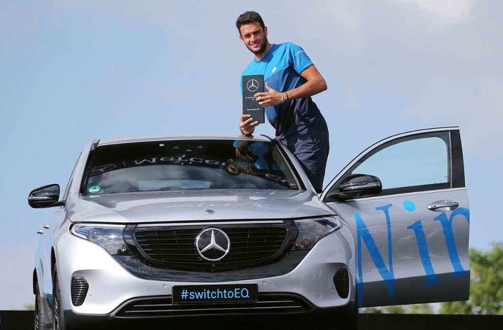 Matteo Berrettini mit seinem neuen Auto: dem vollelektrischen Siegerfahrzeug von Titelsponsor Mercedes-Benz. Foto: Baumann