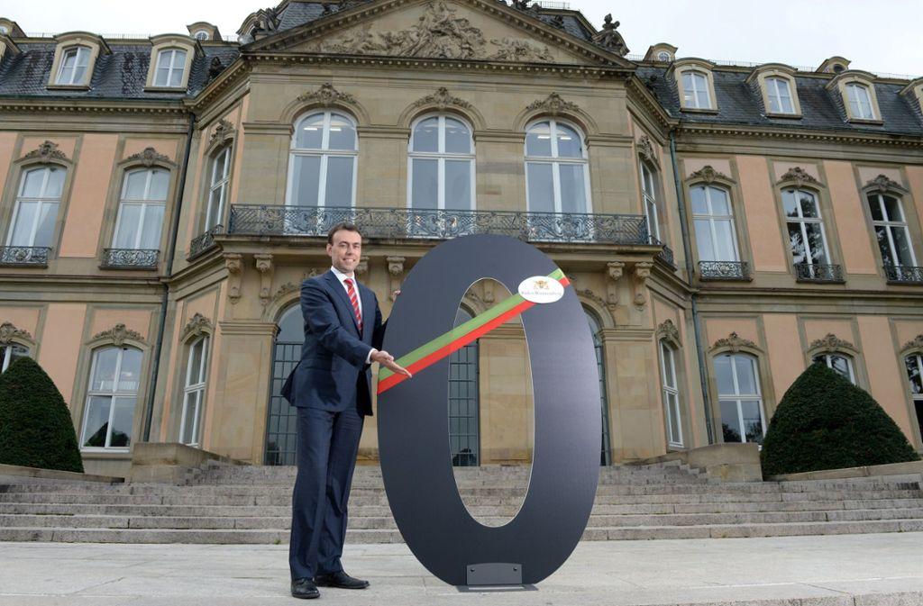 Vor fünf Jahren präsentierte der damalige Finanzminister Nils Schmid (SPD) vor dem Neuen Schloss in Stuttgart die Schwarze Null im Landesetat. Foto: dpa