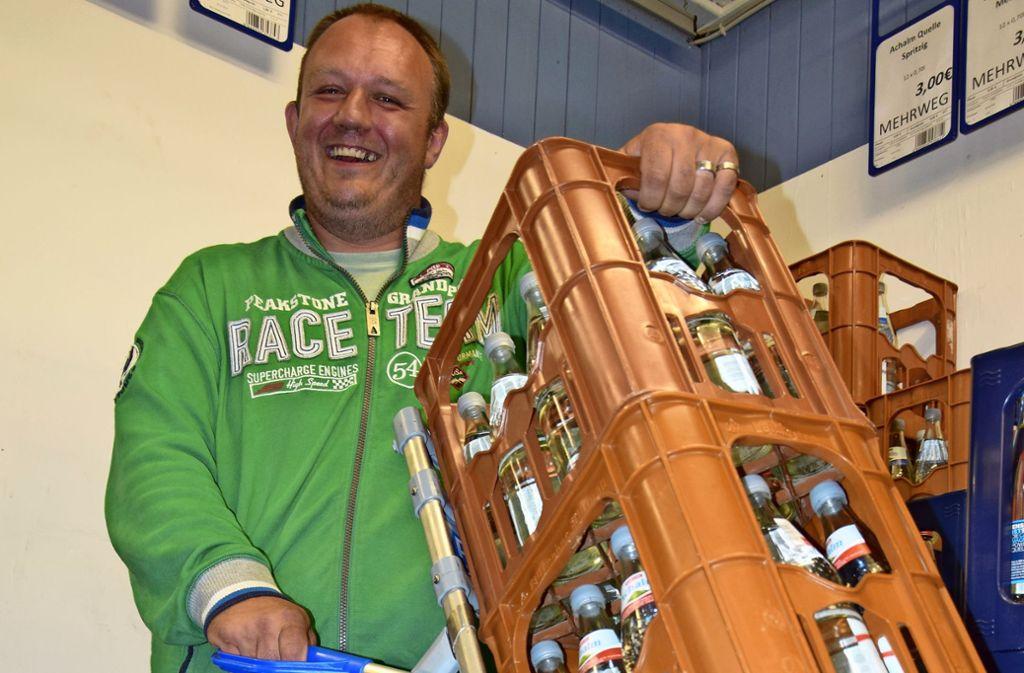 Hans-Peter Kastner setzt in seinem Markt auf Glasmehrwegflaschen. Foto: Alexandra Kratz