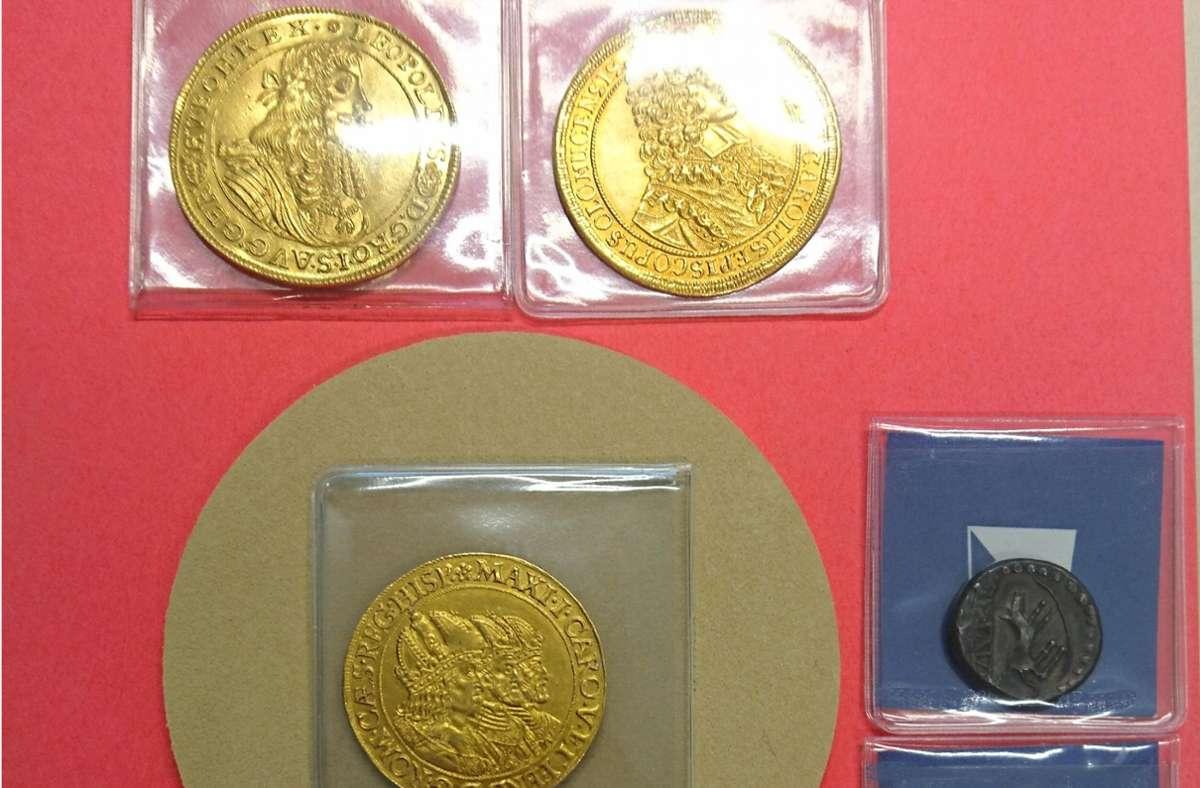 Die sieben Münzen haben einen geschätzten Gesamtwert von 120.000 Euro. Foto: Hauptzollamt Singen