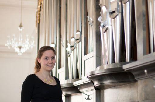 Junge Organistin  in der Martinskirche