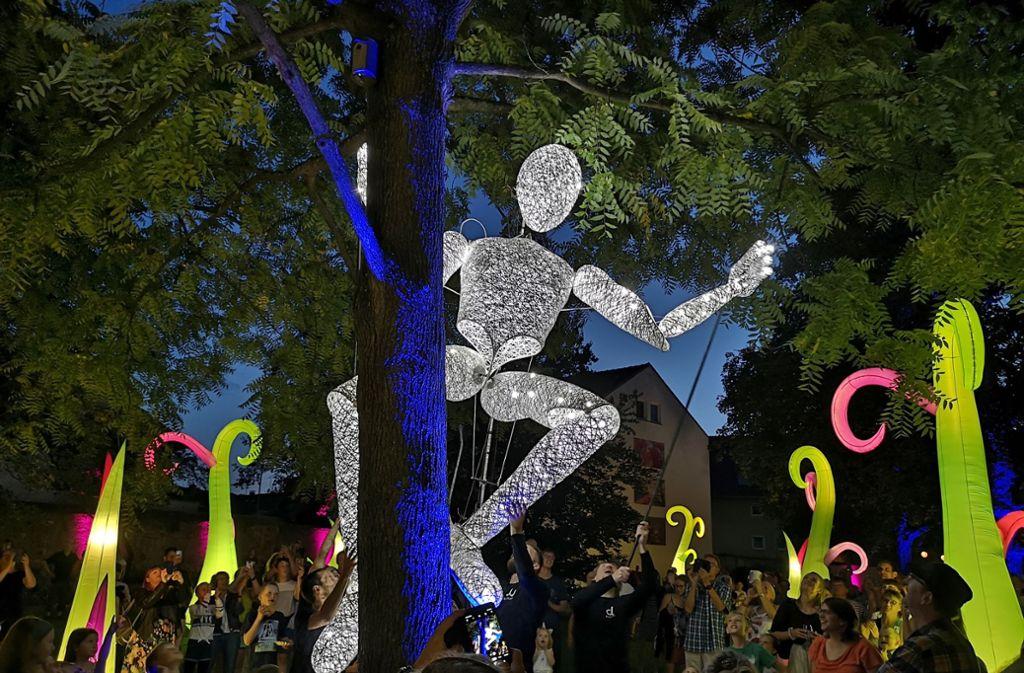 Der Riese Dundu war der Star beim Lichterfest der Gemeinde Kernen, das am 31. August im Rahmen der Remstal-Gartenschau. Foto: Patricia Sigerist