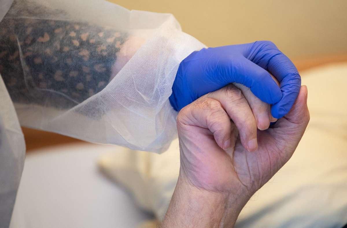 Helfende Hände werden in der Pflege nicht erst seit Beginn der Coronapandemie dringend benötigt. Social Bee will Geflüchtete in Pflegeberufe bringen. Foto: dpa/Sebastian Gollnow