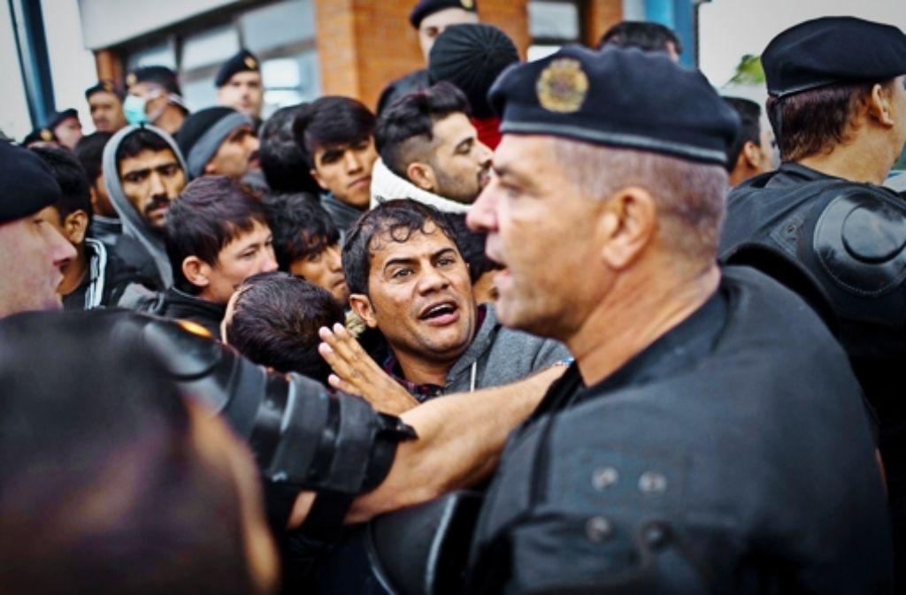 Füchtlinge in Opatovac diskutieren mit kroatischen Polizisten. Foto: AP