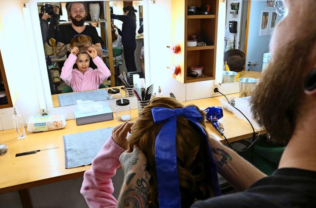 In der Maske des  Stuttgarter Musicaltheaters wird aus der Gymnastin Anastasija Harms vom TSV Schmiden die Zarentochter Anastasia. Foto: Eva Herschmann