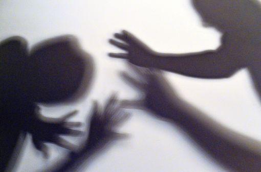 Unbekannter flüchtet nach Diebstahl – Mitarbeiter  verletzt