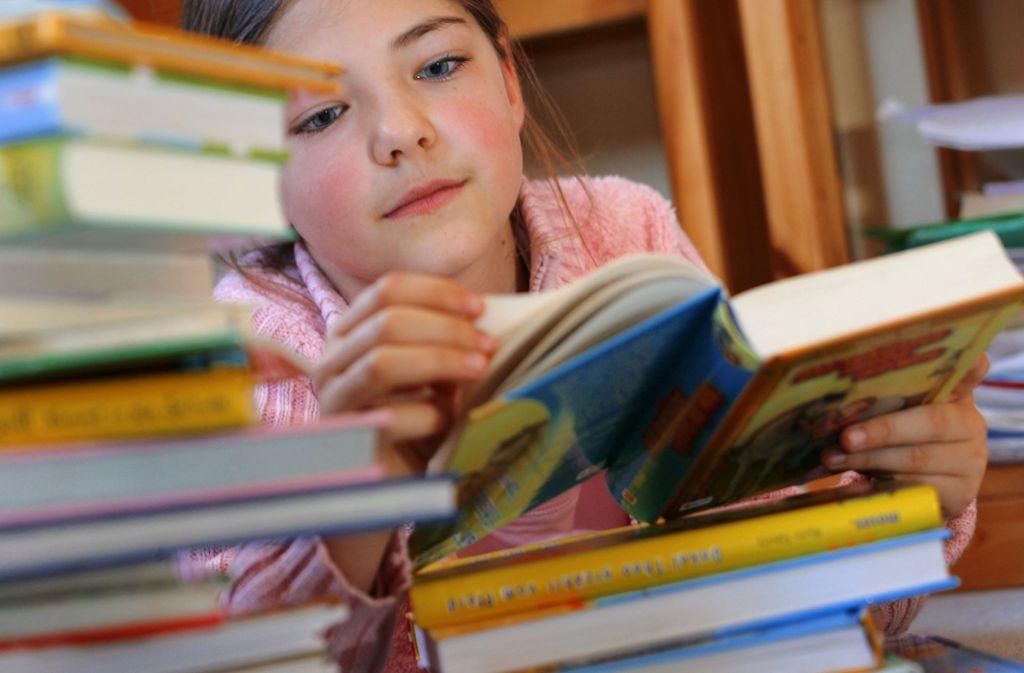 Bücher sind immer noch das beste Medium für Kinder. Es gibt aber auch tolle Apps, mit denen sich Kinder beschäftigen können. Unsere Tipps für die Sommerferien mit aktuellen Neuerscheinungen finden Sie in der Bildergalerie. Foto: picture alliance / dpa/Jens Büttner