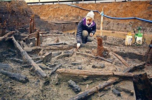 Die   Archäologin legt Gegenstände frei, die fast dreitausend Jahre in der Erde bei dem Städtchen Peterborough lagen. Foto: picture alliance