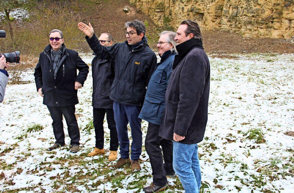 Andre Baumann (M.) erläutert, wie wichtig Rückzugsgebiete für Insekten sind. Peter Pätzold (2.v.r.), Hans-Wolf Zirkwitz (2.v.l.) sowie der Zuffenhäuser Bezirksvorsteher Gerhard Hanus (l.) und sein Mühlhäuser Kollege Ralf Bohlmann hören gespannt zu. Foto: Bernd Zeyer